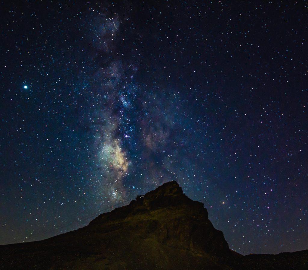 上图:从死海旁边的马萨达磐石(Masada)仰望银河。宇宙如此浩瀚,神也能「数点星宿的数目,一一称它的名」(诗一百四十七4)。但更奇妙的是,这样伟大的神祂竟然也顾念渺小的人,「医好伤心的人,裹好他们的伤处」(诗一百四十七3)。