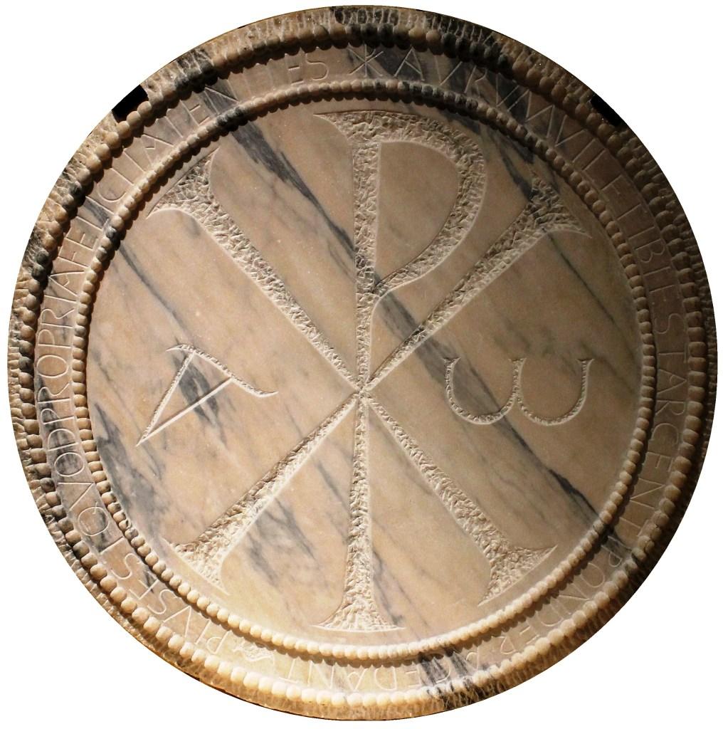 上图:第5世纪西班牙加利西亚基罗加一个大理石桌子上的基督教标记,中间是由希腊文基督(ΧΡΙΣΤΟΣ)的字首两字母Chi(大写Χ,小写χ)和Rho(大写Ρ,小写ρ)组成的凯乐符号⳩(Chi-Rho symbol),两边分别写着希腊文的第一个字母阿拉法(大写Α,小写α)和最后一个字母俄梅戛(大写Ω,小写ω)。