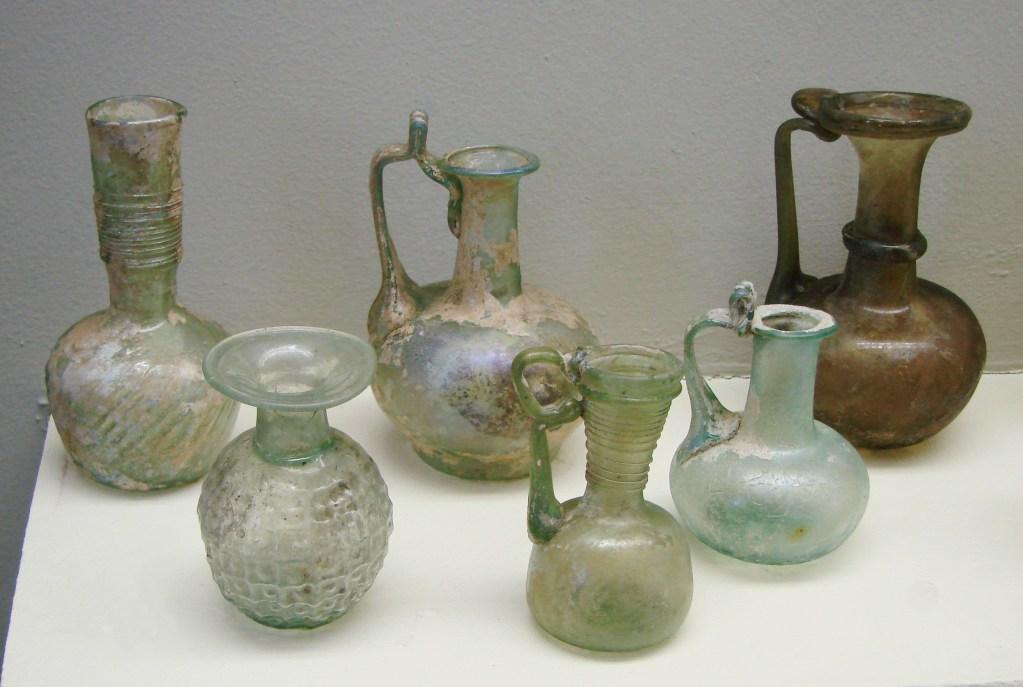 上图:主后2世纪的罗马玻璃制品。罗马的玻璃主要用来制造容器,也用来生产马赛克和窗户。罗马玻璃的生产技术是从希腊发展而来的,最初是深色玻璃。主后1世纪,玻璃行业的技术迅速进步,无色或浅绿色玻璃已经渐渐占据主导地位。