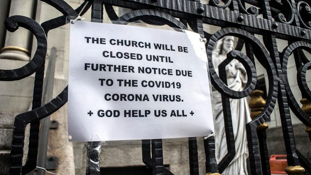 上图:2020年3月,纽约一间教会门口的告示:该教会将因COVID-19疫情而关闭。「主——万军之耶和华从耶路撒冷和犹大,除掉众人所倚靠的,所仗赖的」(赛三1),也可能包括我们习惯的日常聚会和安稳环境,好显明我们的真实光景,带出神所要的真正恢复!