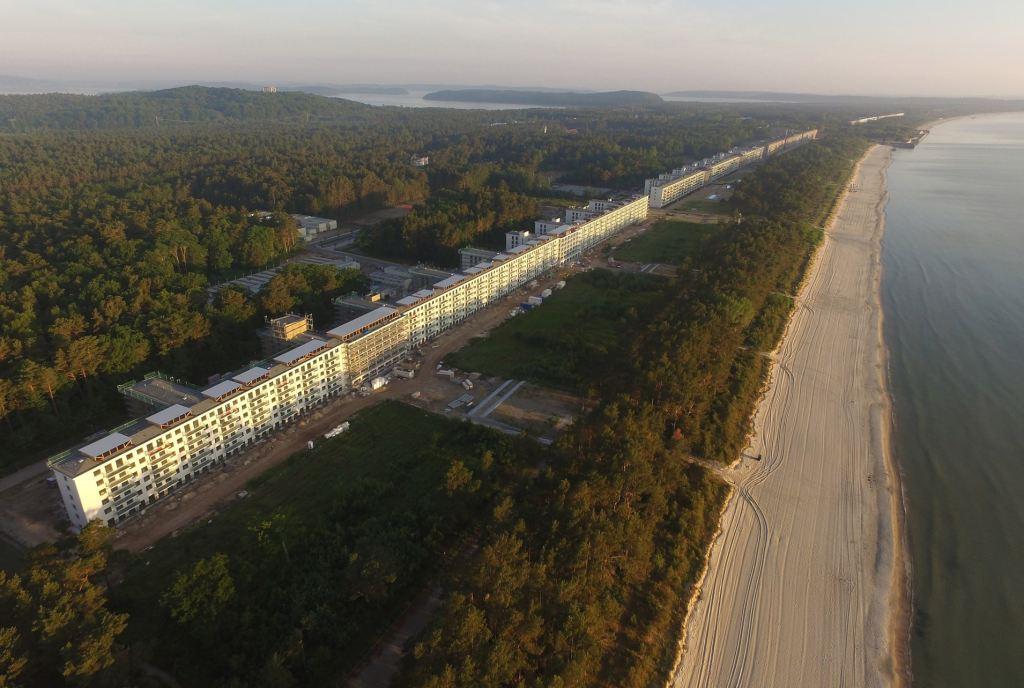 上图:希特勒于1936-1939年在德国最大的波罗的海吕根岛为KdF(通过喜悦获得力量)计划建造的Prora度假村,包括8座巨大的建筑物,绵延4.5公里,可容纳2万名工人度假。每个房间都面向大海,有两张床。Prora的设计在1937年巴黎世界博览会上赢得了大奖,但由于二战爆发而停工,从未被用于其预定目的。正如圣经对大淫妇的预言:「那女人穿着紫色和朱红色的衣服,用金子、宝石、珍珠为妆饰;手拿金杯,杯中盛满了可憎之物,就是她淫乱的污秽」(启十七4),对于经历一战之后各种苦难的德国人民非常有吸引力,但最终只是过过眼瘾、满足眼目的情欲而已。