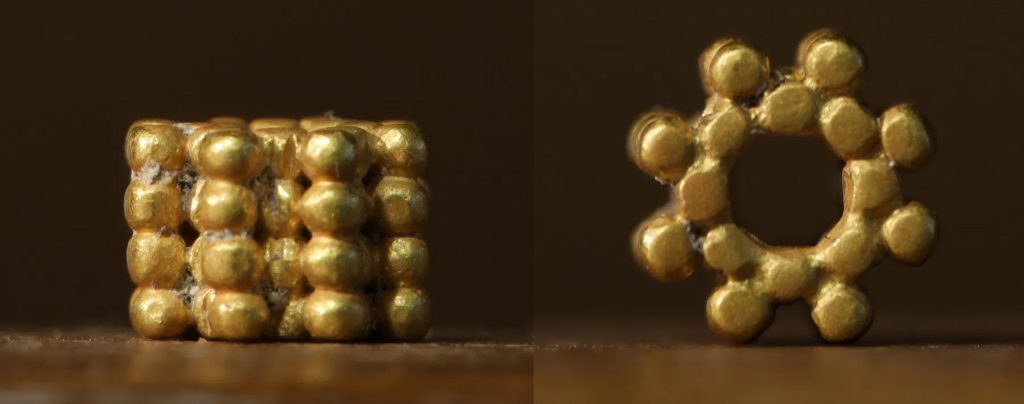 上图:2020年11月,以色列TMSP(Temple Mount Sifting Project)项目宣布发现了一个第一圣殿时期的耳环,很可能就是赛三19所描述的耳环(netifot),由四层小金珠组成花瓣的形状。在第一圣殿时期的出土文物中,很少发现黄金首饰。2020年8月,9岁的耶路撒冷男孩Binyamin Milt与家人作为志愿者参与筛选文物时,发现了这个保存完好的饰物,最初被误认为是现代物品,后来才发现有将近三千年的历史。TMSP项目是对1999年伊斯兰运动进行的圣殿山非法装修工程的回应,该工程把9000多吨的泥土全部倒入汲沦谷。以色列考古学家们于2004年取回了瓦砾,并开始对其进行筛分。多年来,它已发展成为一项具有国际意义的项目,吸引了超过20万名志愿者参加,他们帮助研究人员找到了成千上万种无价之宝。