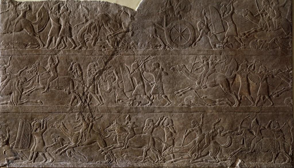上图:主前645-623年从尼尼微出土的亚述浮雕,描绘亚述骑兵、战车、弓箭手和步兵正与阿拉伯士兵战斗。阿拉伯人通常是徒步战斗,有的两两在骆驼上,一人骑骆驼、一人射箭。收藏于大英博物馆。