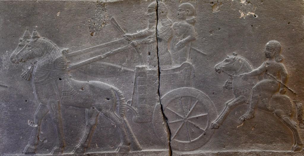 上图:主前744-727年亚述王提革拉·毗列色在Hadatu宫殿中的玄武岩浮雕,描绘两匹马拉的亚述战车和一个骑马的人。收藏于伊斯坦布尔古代东方博物馆。