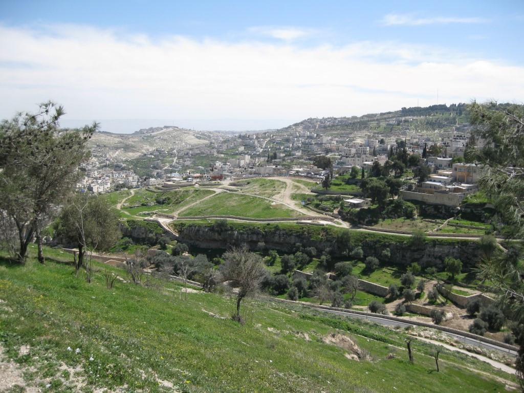 上图:耶路撒冷西南的欣嫩子谷。