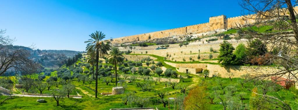 上图:耶路撒冷东面的汲沦溪谷。