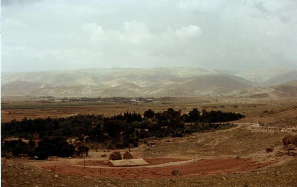 上图:从约旦河谷东望摩押山脉。在圣经之外现存最后关于摩押的最后史料(cylinder B of Assurbanipal),是摩押王Kaasḥalta臣服于亚述王亚述巴尼拔(主前669-631年在位)。从波斯帝国开始,摩押不再出现在史料中,只有他们的故土还被称为「摩押地」,但却被一波又一波来自北阿拉伯的部落占据。到了尼希米的时代,阿拉伯人已经取代摩押人成为亚扪人的盟友(尼四7)。