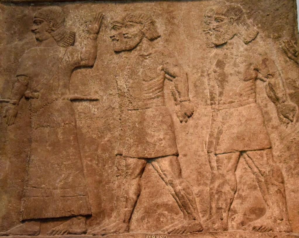 上图:主前728年从宁录出土的亚述浮雕,描绘阿拉伯俘虏被带到亚述王提革拉·毗列色(Tiglath-pileser III,主前744-727在位)面前检视。收藏于大英博物馆。