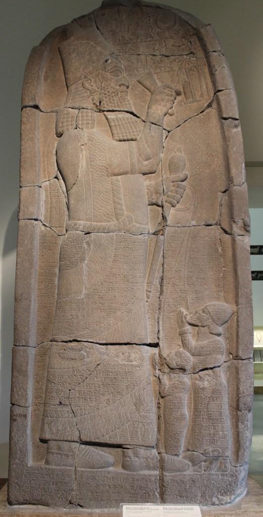 上图:以撒哈顿胜利石碑(Victory stele of Esarhaddon),描绘亚述王以撒哈顿(Esarhaddon,主前681-669年在位)打败了推罗和埃及的反亚述联盟,用钩子牵着推罗王巴力一世(Ball I,主前680-660在位)和埃及法老特哈加(Taharqa)的儿子。现藏于柏林别加摩博物馆。