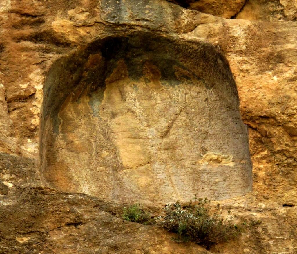 上图:位于伊朗唐伊瓦尔悬崖上(Tang-i Var)的亚述王撒珥根二世(Sargon II)铭文,记录了他与古实王谢比特库(Shebitku)的互动,以及对亚实突叛乱者亚玛尼(Yamani)的引渡。