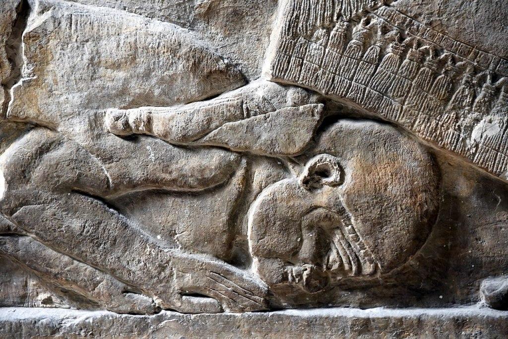上图:出于于宁录的主前728年浮雕,描绘亚述王提革拉·毗列色三世(Tiglath-pileser III,主前745-727年在位)把脚放在敌人的脖子上,表示征服了对方。收藏于大英博物馆。