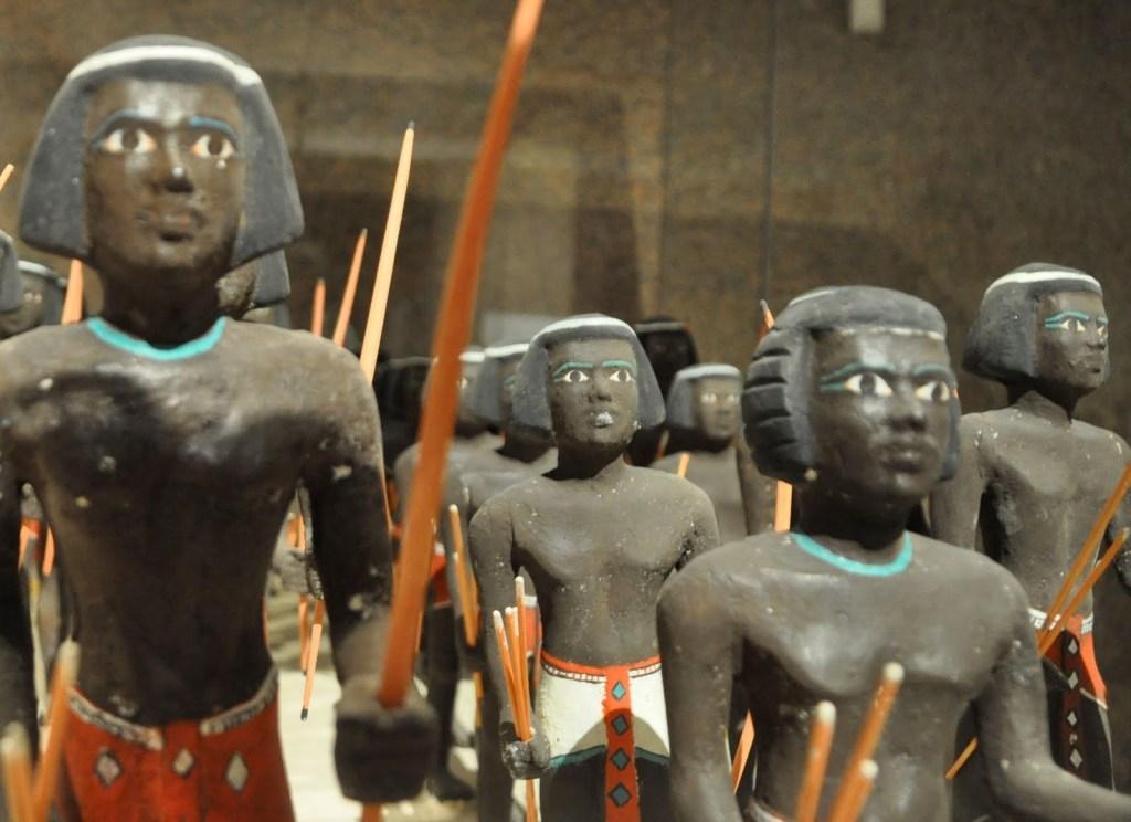 上图:努比亚弓箭手的木制模型,出土于主前2000年左右第十一王朝上埃及的Mesehti墓,现存于开罗的埃及博物馆。