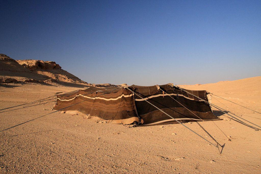 上图:叙利亚沙漠中的贝督因人帐棚,用绳索固定在地上。如果要扩大帐幕,就需要放长绳子、坚固橛子(赛五十四2)。