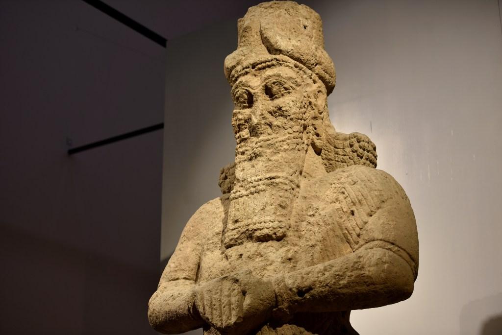 上图:出土于宁录的主前8世纪纳布(Nabu)神雕像,现存于伊拉克博物馆。纳布的希伯来语是尼波(Nebo),是亚述和巴比伦的智慧与写作之神,是马尔杜克的儿子。纳布(Nabu)的意思是「宣告、预言」。纳布的雕像平时在巴比伦附近的波西帕(Borsippa)接受敬拜,每年春分都会被抬到巴比伦和马尔杜克一起参加十二天的新年游行(Akitu Festival),并发表对国王和未来一年的预言。但他显然没有能够预言古列的征服。尼波的名字出现新巴比伦帝国几位重要国王那波帕拉萨尔(Nabopolassar)、尼布甲尼撒(Nebuchadnezzar)和拿波尼度(Nabonidus)的名字里,表明这个神对巴比伦王非常重要。