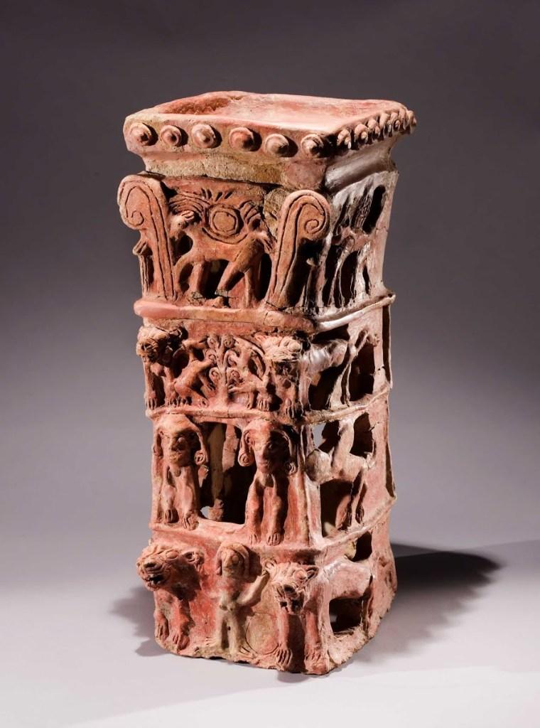 上图:以色列他纳出土主前10世纪祭台(Taanach Cult Stand),现存于耶路撒冷以色列博物馆。祭台的最下层是亚舍拉,左右各有一只狮子;第二层是两只牛犊;第三层是生命树,可能就是「青翠树」(赛五十七5);最上层是一匹背着的带翼日轮的马,可能就是「向日头所献的马」(王下二十三11)。