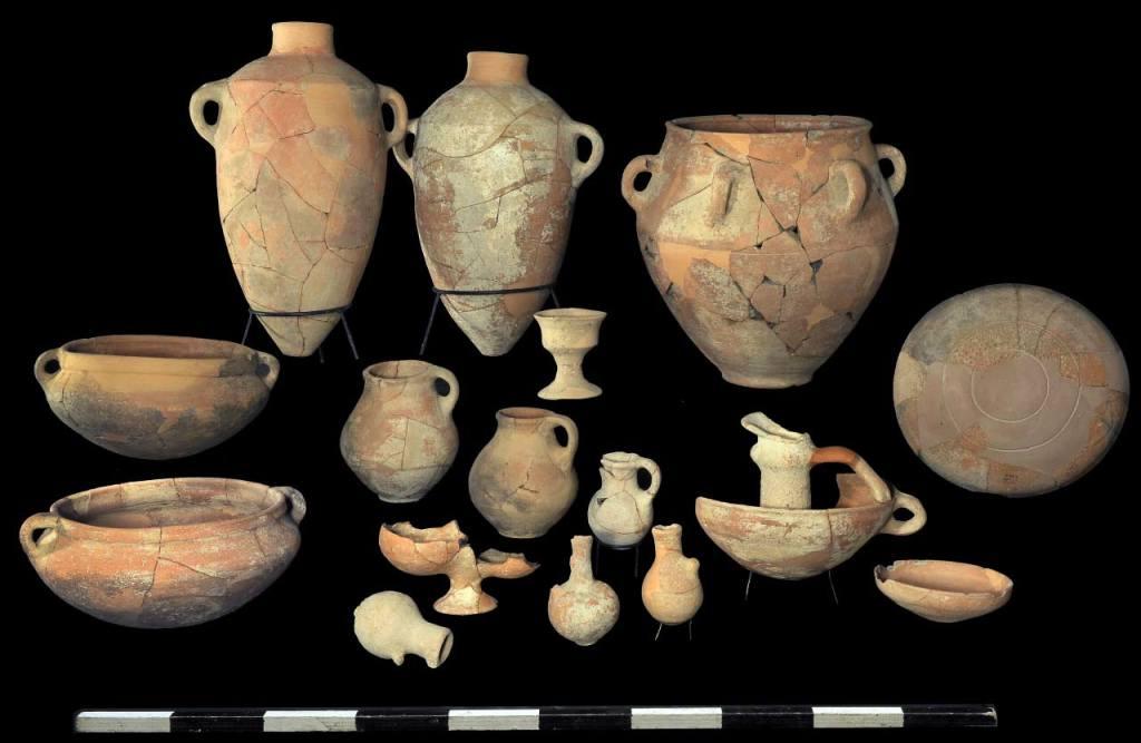 上图:以色列沙拉音(Khirbet Qeiyafa)出土的大卫时期的陶器。陶器在圣经时代的日常生活中起着至关重要的作用,人人熟悉,所以圣经经常使用陶器和制陶过程作比喻。从地里挖掘的粘土首先需要去除异物,加水软化一天,并多次添加沙子、使粘土更易加工。在这个过程中,窑匠会用脚踹泥(赛四十一25)。准备好粘土后,窑匠就会在陶轮上制作陶器(耶十八3)。成形的陶器需要先晾干几天,然后堆放在窑炉中烘烤几个小时,成为不透水的器皿。