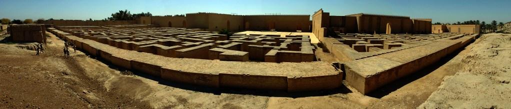 上图:位于巴格达南85公里的巴比伦古城全景。 巴比伦城在主前1770-1670年和主前612-320年间可能是世界上最大的城市,面积最大时大约在890-900公顷之间。