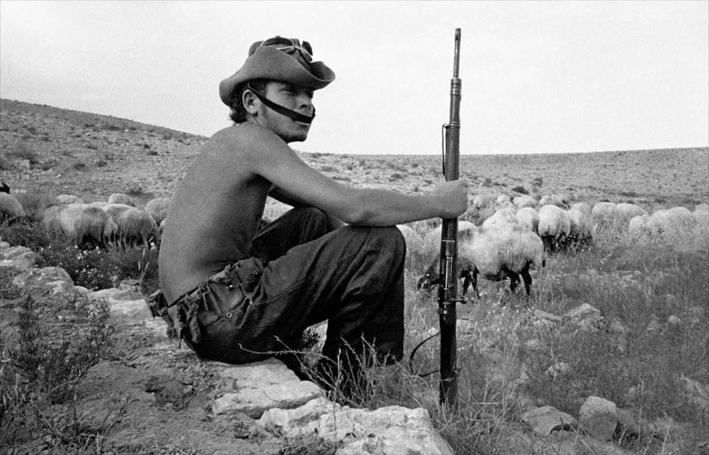 上图:1954年在以色列南地旷野中的武装牧羊人(摄影:Frank Horvat),一边牧羊、一边保卫基布兹农场。以色列1948年复国之后,马上就遭遇了第一次中东战争,不采取全民皆兵就无法生存。