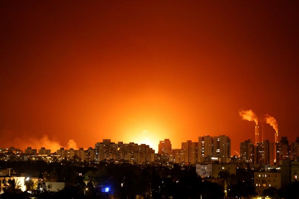 上图:2021年5月11日,哈马斯从加沙地带发射的火箭袭击了位于亚实基伦的以色列能源公司管道,一个大型储油罐冒出火焰。可见迦萨和亚实基伦距离之近。