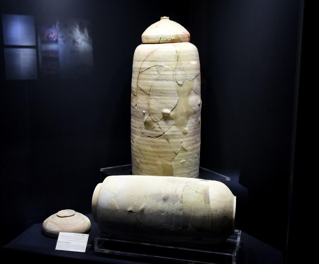 上图:存放死海古卷的罐子,现存于约旦博物馆。这种密封的罐子可以在干燥的昆兰洞穴里很好地保存羊皮纸和纸莎草纸卷轴,甚至长达两千多年。