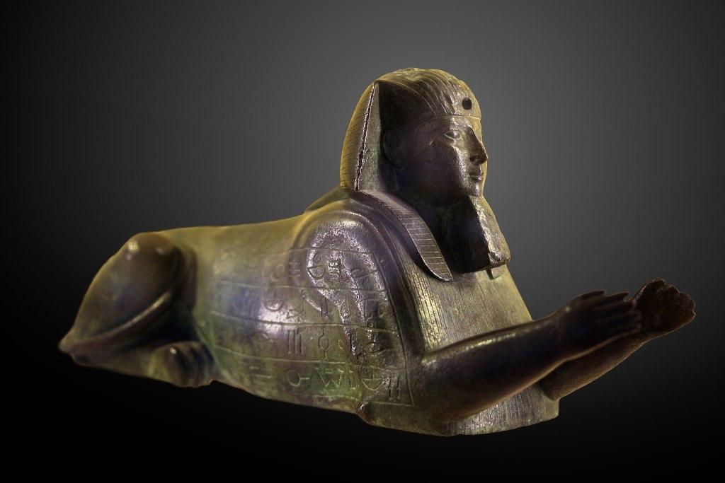 上图:埃及法老合弗拉(阿普里斯 Apries,主前589-570年在位))的狮身人面像,现藏于卢浮宫。他的出现带给末代犹大王西底家虚假的盼望,他的消失彻底破碎了西底家的希望。