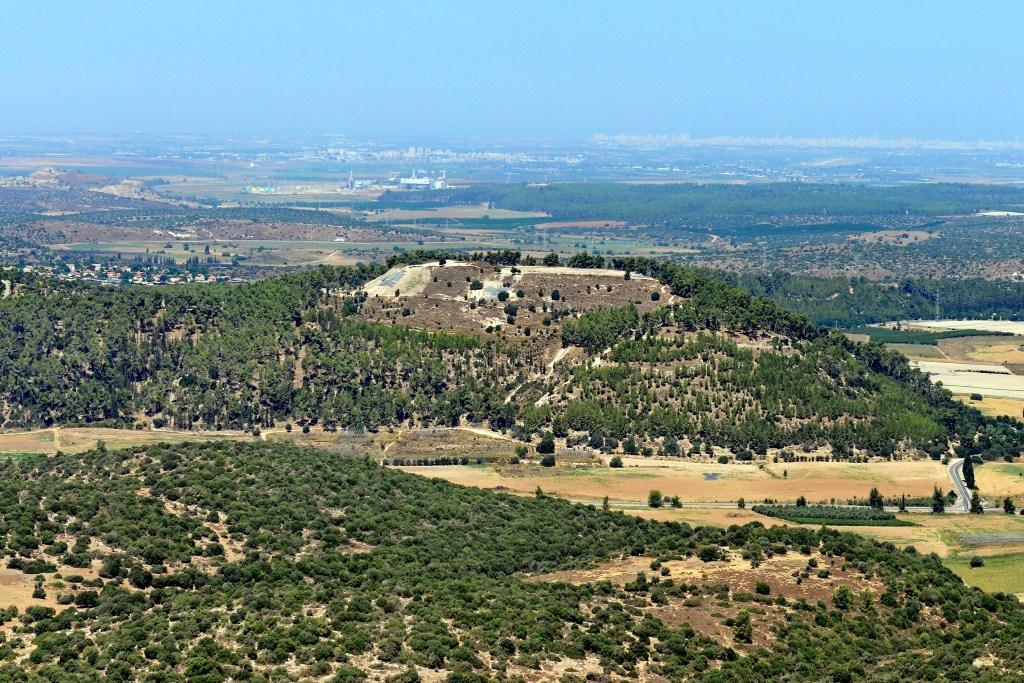上图:亚西加遗址(Tel Azekah),扼守以拉谷,位于示非拉丘陵平原与山地的交界之处。
