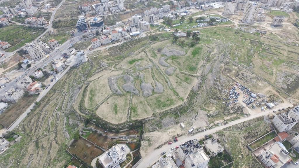 上图:Tell en-Nasbeh遗址,位于耶路撒冷旧城西北12公里,毗邻连接耶路撒冷与北方山地的古道。这里可能就是米斯巴。考古挖掘发现,这里在主前10世纪是一个大村庄,主前9-8世纪建成了城墙和防御工事,有一个巨大的城门。这些都与亚撒王建造米斯巴吻合(王上十五22)。