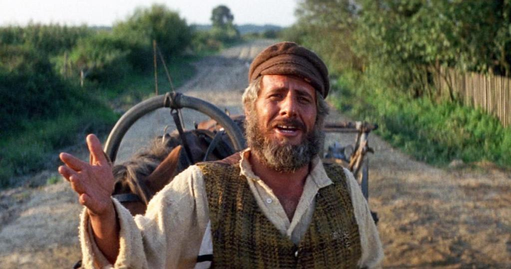 上图:《屋顶上的小提琴手 Fiddler on the Roof》剧照,犹太主人公特伊(Tevye)不堪生活重压,却无法从妻子那里得到慰藉,只能向神倾述衷肠。他向神祷告说:「我知道,我知道,我们是祢的选民。但是,偶尔,祢不能选择别人吗?I know, I know. We are Your chosen people. But, once in a while, can't You choose someone else?」