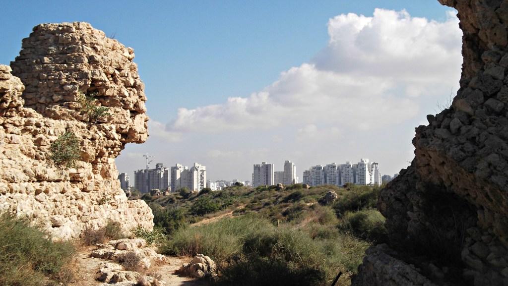 上图:从亚实基伦遗址公园远眺现代的亚实基伦城。这里挖出了成堆的碎陶、受过伤害的骸骨、烧焦的谷物、倒塌的房屋等,都证明该城曾经遭受过严重的破坏。根据巴比伦年鉴的记载,尼布甲尼撒的巴比伦大军曾在基斯流月(主前604年11-12月)攻打亚实基伦,破墙而入、焚烧内城,将它夷为平地。此举并不寻常,因为当时正值雨季,古代中东大部分军队都不会在雨季作战。