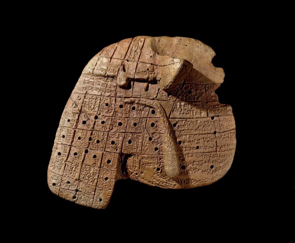 上图:幼发拉底河畔马里遗址出土的主前19-16世纪巴比伦羊肝粘土模型,每个方框都描述了在该位置出现瑕疵的含义。巴比伦人相信控制世界的众神可以预示未来,最普遍的预测方法就是「察看牺牲的肝」(结二十一21)。方法是杀死一只羊,由专业的祭司(Baru)检查其肝脏和肺部,根据肝脏和肺的个别记号或整体形状来解释答案。
