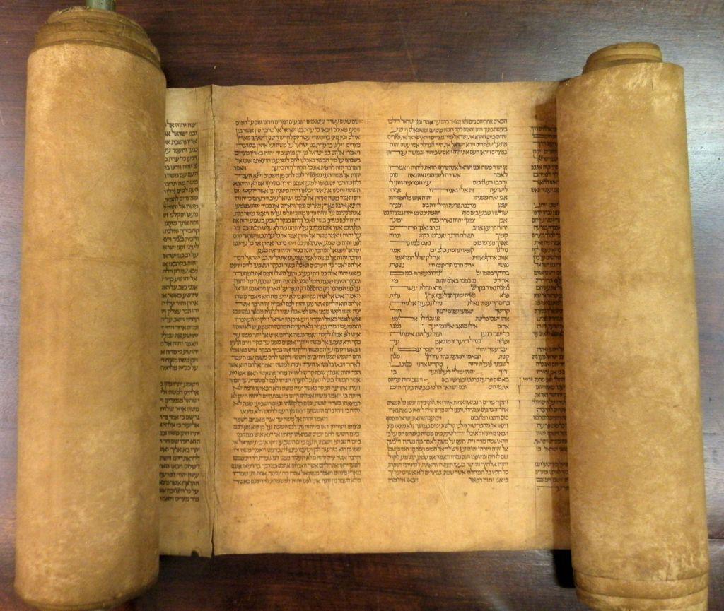 上图:目前发现最古老的完整妥拉书卷,碳14测定年代是1155-1225年左右。收藏于意大利博洛尼亚大学图书馆(University of Bologna library)。由于旧的或损坏的妥拉书卷必须被埋葬或存放在犹太会堂的封闭房间中,因此很少有这样的古老卷轴幸存下来。