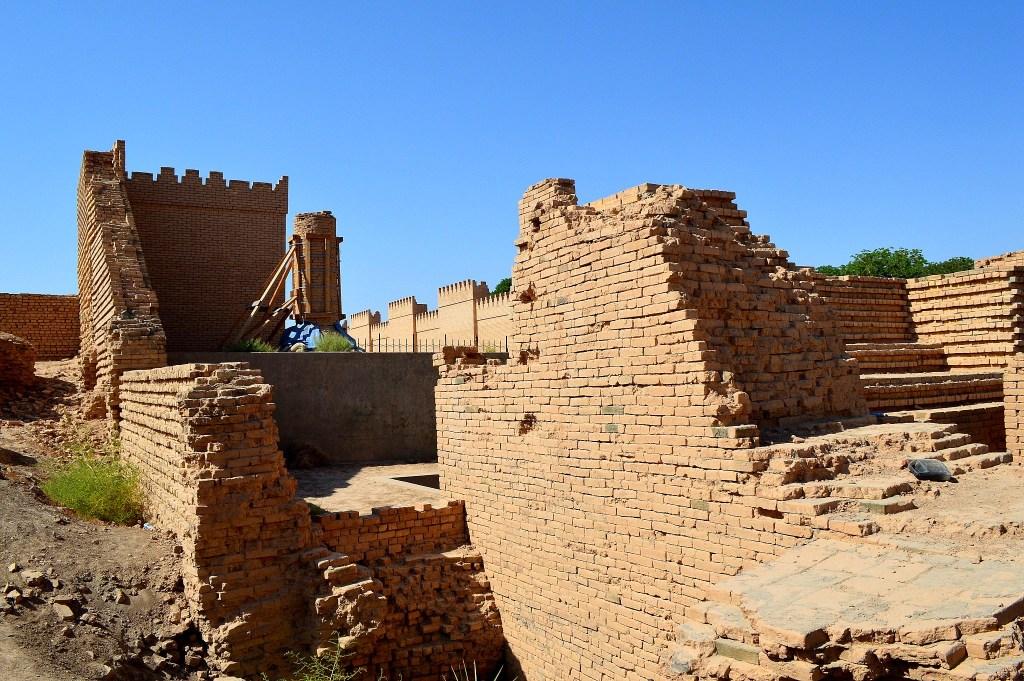 上图:巴比伦城遗址的主前六世纪砖墙。