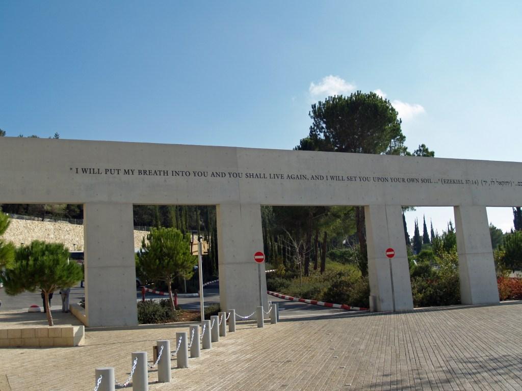 上图:耶路撒冷大屠杀纪念馆(Yad Vashem in Jerusalem)的大屠杀幸存者纪念碑(Monument to Holocaust Survivors),上面引述的经文是:「我必将我的灵放在你们里面,你们就要活了。我将你们安置在本地」(结三十七14)。