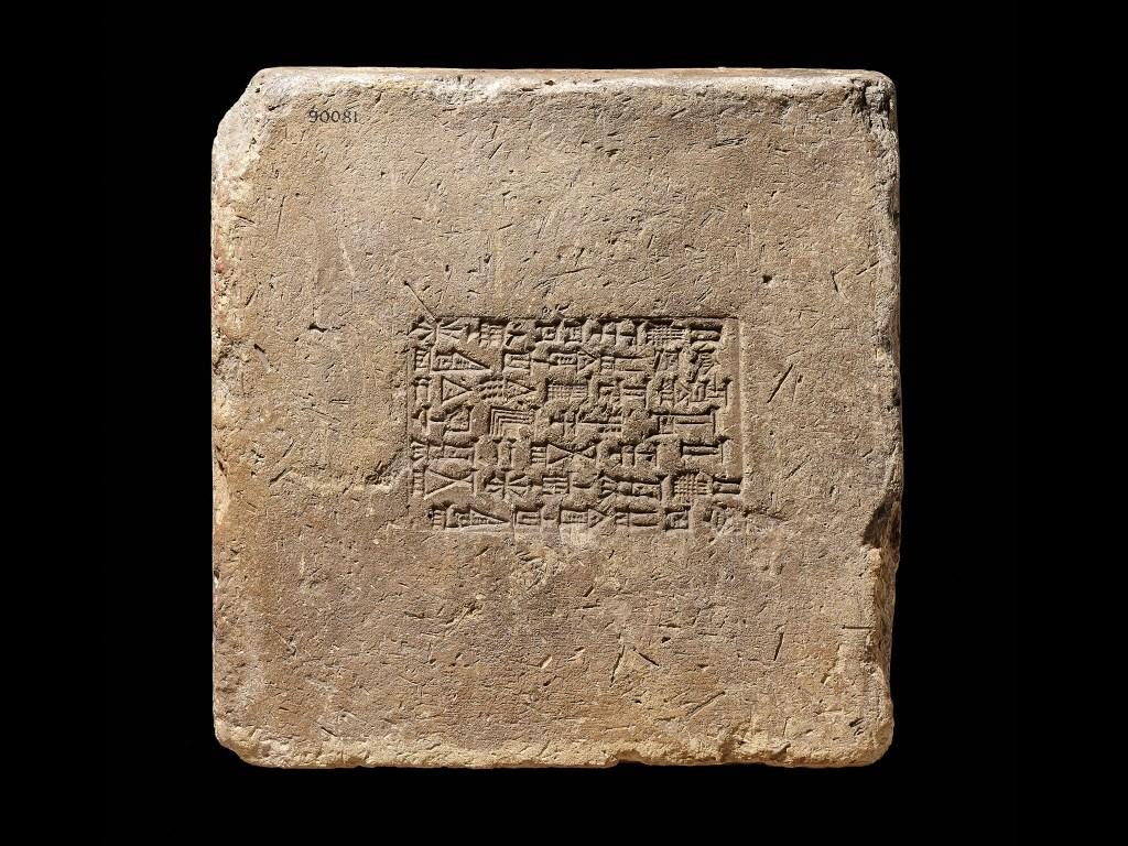 上图:一块古巴比伦的烧制泥砖,上面印着铭文:「巴比伦王那波帕拉萨尔的长子巴比伦王尼布甲尼撒,他事奉马尔杜克和尼波。」美索不达米亚用泥砖建造城市,这些泥砖大部分是晒干的、少数是烧制的。有些墙壁的底部有几道烧制砖,上面是泥砖,以延长建筑物的寿命。尼布甲尼撒二世大规模重建了巴比伦城,用了1500多万块砖建造宫殿、寺庙和城墙。这块砖上的文字是为了庆祝尼布甲尼撒建造马尔杜克神(Esagila)和他儿子尼波(Ezida)的寺庙。
