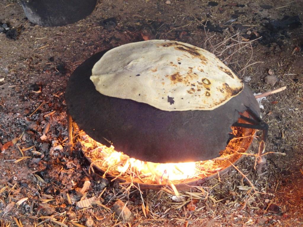 上图:以色列的贝都因人用铁鏊烤饼。