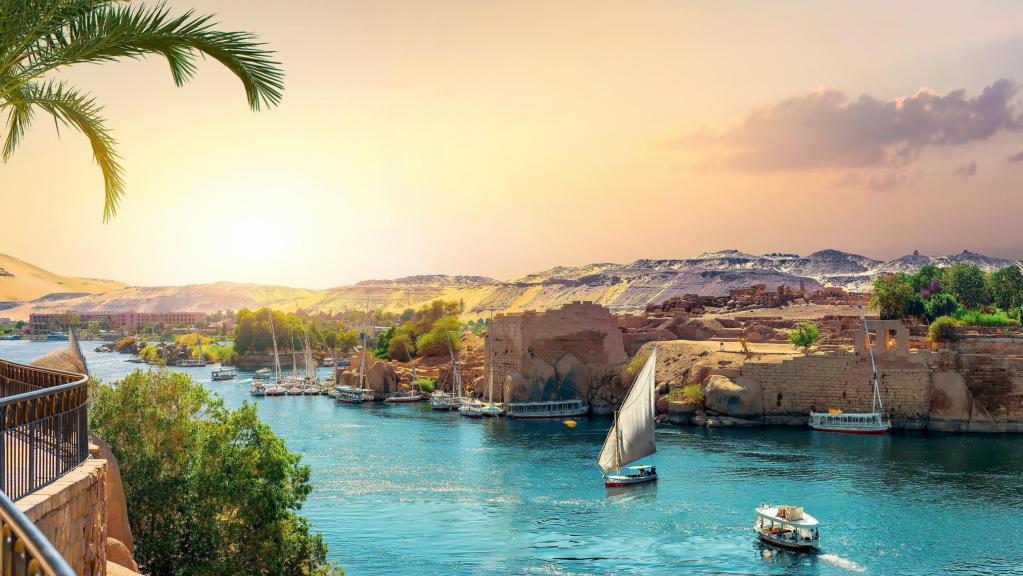 """上图:「色弗尼」(结二十九10)就是现代埃及南部的阿斯旺(Aswan),被认为是埃及民族的发源地。它位于尼罗河第一瀑布以北,是埃及和努比亚之间的贸易重镇。这里是埃及最热、最干燥的城市之一,也是世界上最干燥的人类居住地之一。阿斯旺位于北纬 24° 5' 23"""" ,在一年之中白天最长的夏至日正午时分,太阳正好在阿斯旺天顶的位置,此时太阳光直射入阿斯旺城内的一口深井中,并在井底的水上反映出太阳的倒影。古希腊数学家埃拉托斯特尼(Eratosthenes,主前276-194年)据此计算出地球的直径。"""