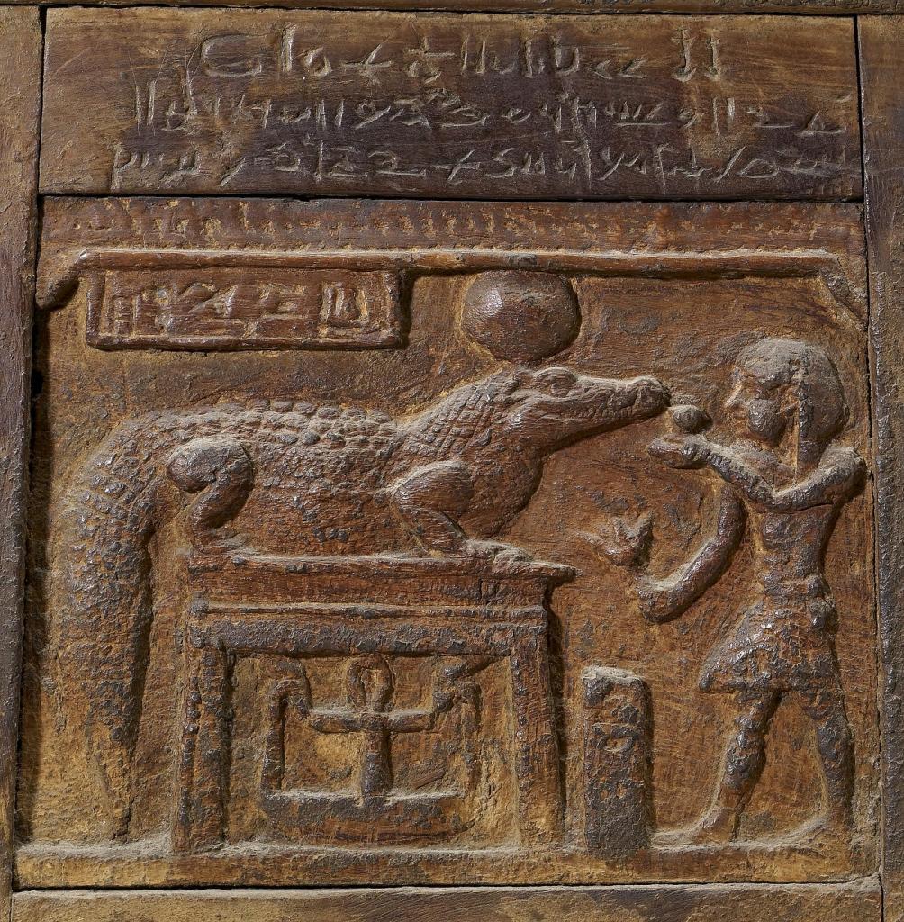 上图:主前1世纪的埃及盒子,描绘一位国王向鳄鱼神索贝克(Sobek)献祭,现藏于沃特斯艺术博物馆(Walters Art Museum)。索贝克是尼罗鳄与西非鳄的象征,常以鳄鱼或鳄头人身的形式现身。象征法老的王权、丰饶、生育与战争实力,也作为辟邪魔法的守护神。尼罗河鳄(Nile crocodile),是一种大型鳄鱼,非洲最大的爬行动物,体型仅次于河口鳄。尼罗鳄非常强壮,成年尼罗鳄的体重可以重达一吨。,平均寿命达70至100年。