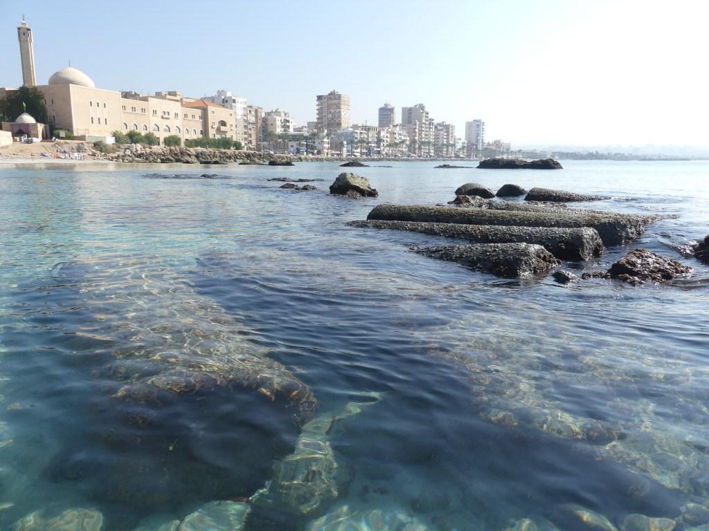 上图:沉没在地中海里的古代推罗城的柱子,背景是陆上的现代推罗城。今天,推罗是黎巴嫩的第四大城市,仅次于贝鲁特、的黎波里和西顿。
